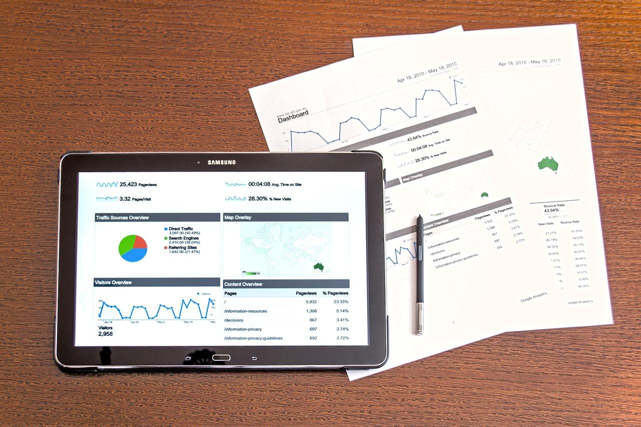 googleアナリティクス資料とタブレット