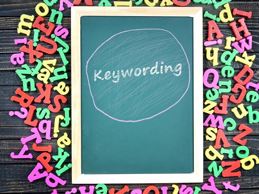 """Keywording""という文字が黒板に書かれている"
